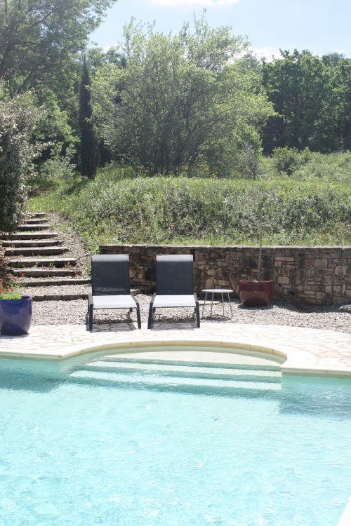 Ligstoelen aan zwembad